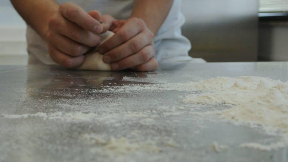 Angelo Berardinelli mentre manipola la pallina della pizza